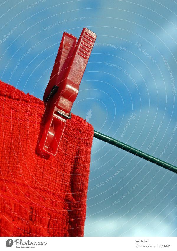 klammern oder aufhängen Wäscheklammern Handtuch Spitze Wäscheleine rot himmelblau grün Waschtag knallig Klammer Protokoll ansammeln Zettel Denkzettel