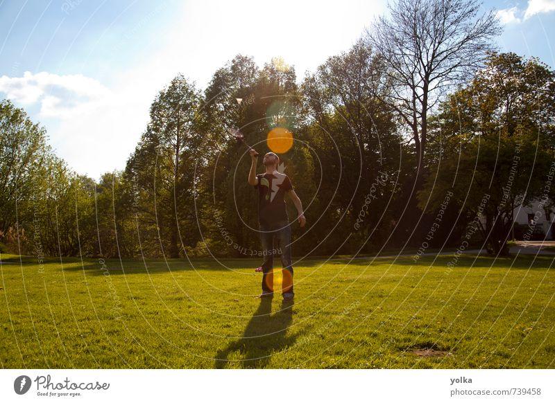 Mensch Natur Jugendliche Ferien & Urlaub & Reisen Sommer Sonne Baum Freude 18-30 Jahre Junger Mann Erwachsene Wärme Frühling Sport Gras Spielen