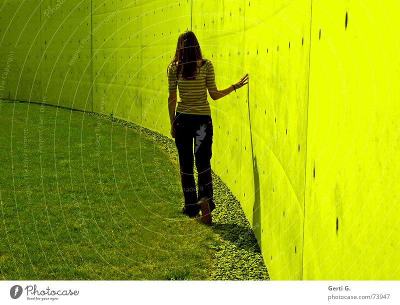 Herzblatt Frau Hand Wand Mauer hell Arme gehen Spaziergang dünn streichen berühren Erwartung langhaarig langsam Junge Frau zögern