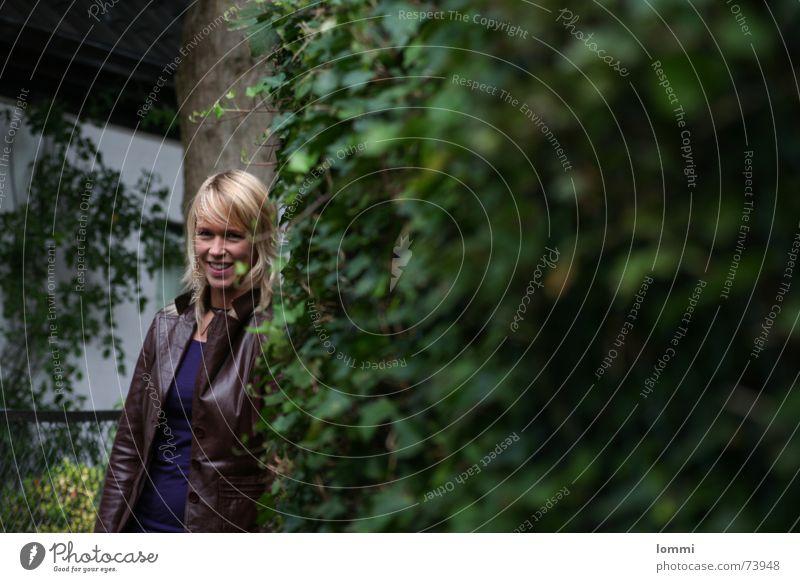 Frau am Busch! grün Baum lachen blond Sträucher Lederjacke
