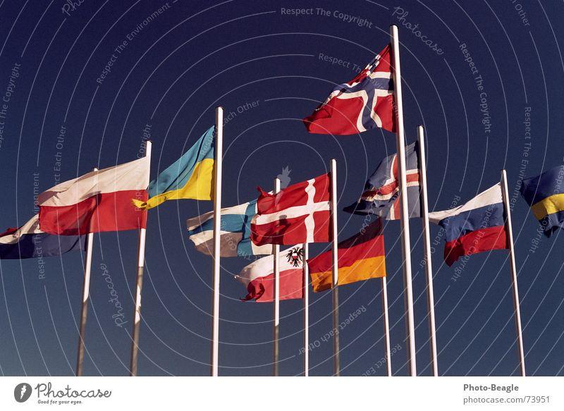 Fähnchen im Wind VI Himmel Fahne Dinge Russland Schönes Wetter Schweden Norwegen Dänemark Fahnenmast Finnland Skandinavien Verwaltung Ukraine Osteuropa Nordeuropa Kongresszentrum