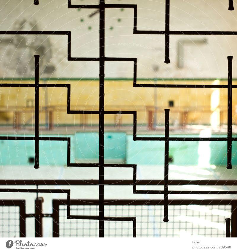 irrgarten Schwimmbad Gebäude Mauer Wand alt außergewöhnlich eckig einzigartig Fliesen u. Kacheln Gitter Grenze gehen Muster Strukturen & Formen Menschenleer