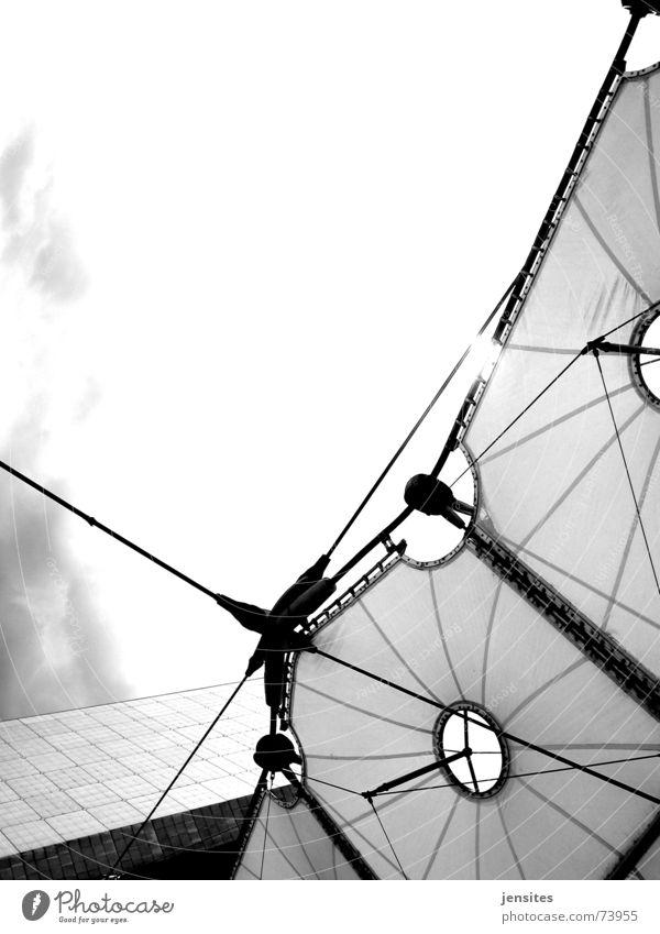 pyramid Himmel Sonne Ecke Dach Paris leicht Konstruktion zerbrechlich Schwarzweißfoto Stabilität La Défense La Grande Arche