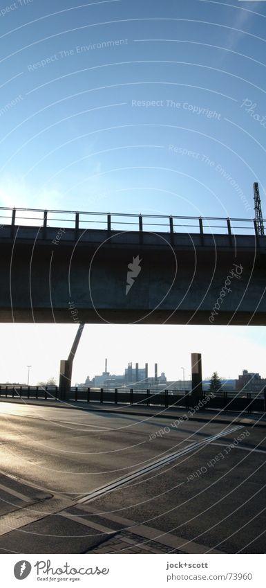 eine Brücke schlagen Himmel Ferne Linie oben Horizont Kraft Perspektive leer Aussicht planen Geländer Netzwerk Asphalt Verkehrswege unten