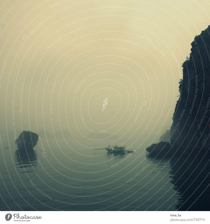 Halong Bay V Wasser Meer ruhig Ferne kalt Traurigkeit Küste außergewöhnlich Felsen Nebel Kraft Insel Urelemente Bucht Asien Schifffahrt