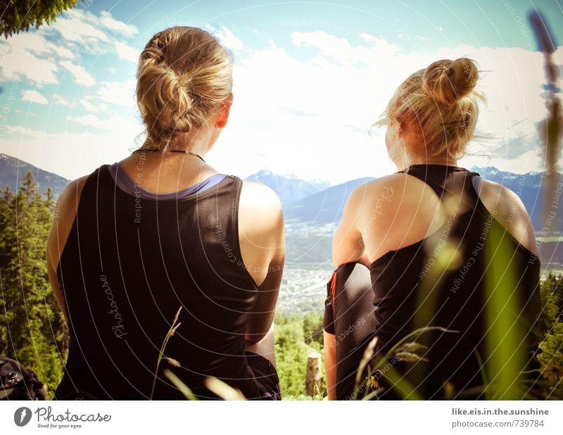 mal wieder zeit fürs wesentliche. Mensch Frau Natur Jugendliche Sommer Junge Frau Erholung 18-30 Jahre Ferne Wald Erwachsene Umwelt Berge u. Gebirge Leben feminin Gras