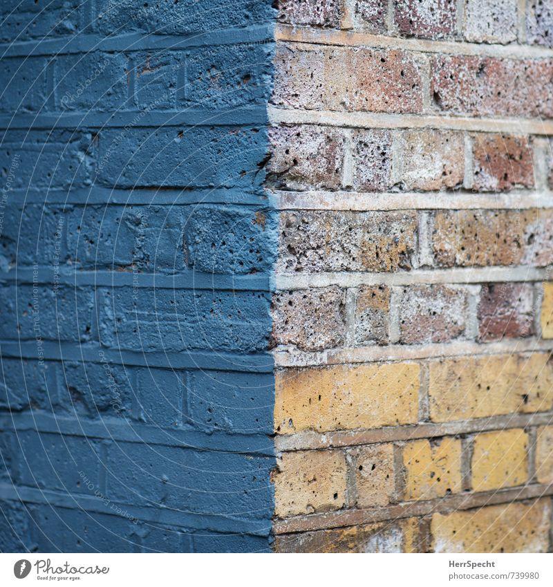 Farbkante Haus Bauwerk Gebäude Mauer Wand alt ästhetisch Stadt Hausecke Ecke Backstein Backsteinwand Backsteinfassade Backsteinhaus Farbstoff angemalt teilweise