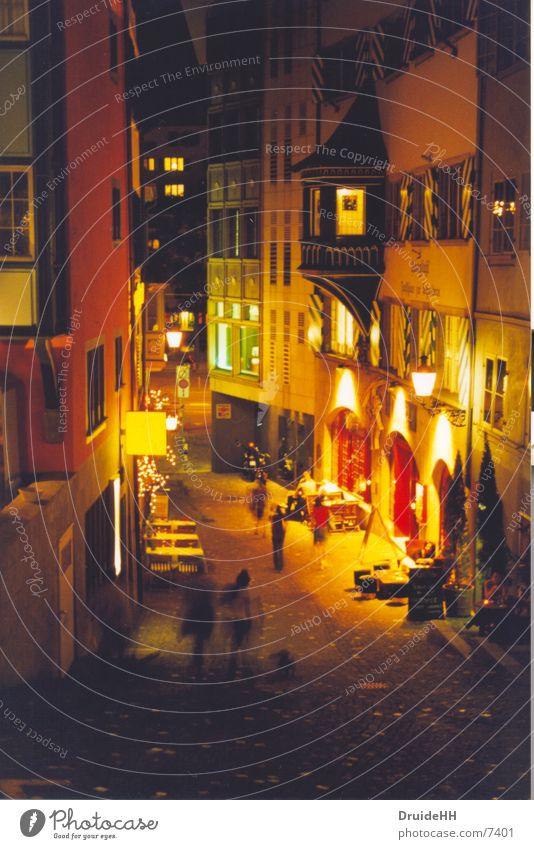 Nächtliches Zürich Haus gelb dunkel Bewegung Beleuchtung Europa Laterne Café Fußgänger Nacht Straßencafé Stadtleben