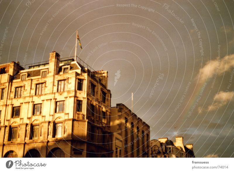 wo ist der regenbogen? Haus London Sandstein Macht Regenbogen schlechtes Wetter Abenddämmerung Wolken Sonne Schönes Wetter Straße charing cross