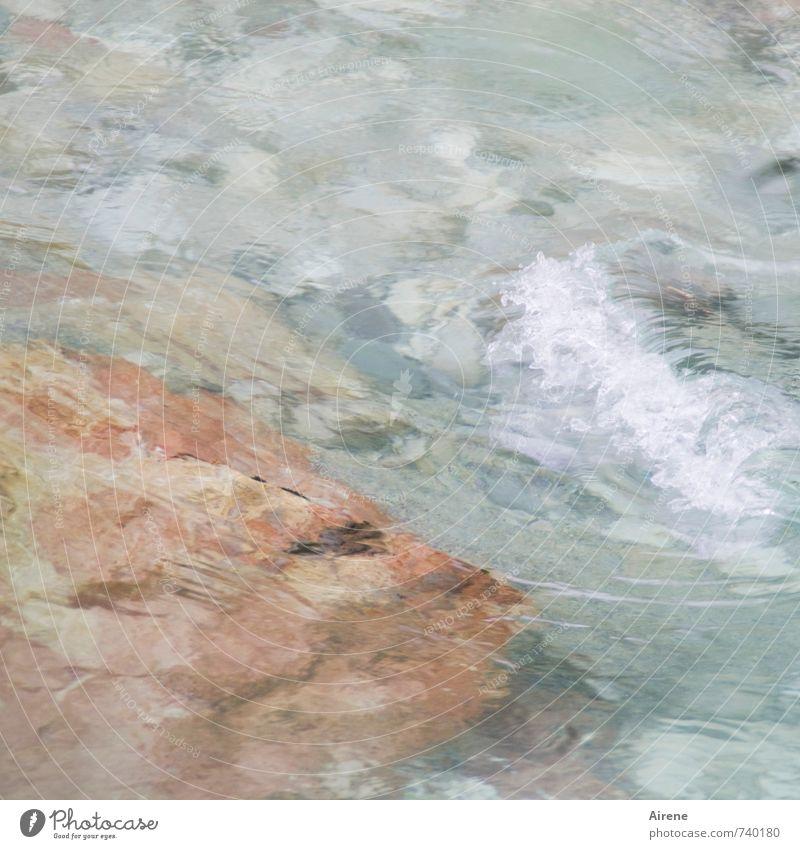 marmoriert Wasser Felsen Bach Wildbach Flüssigkeit frisch nass natürlich blau rosa Kraft Bewegung Energie Geschwindigkeit lautstark Rauschen tosen fließen