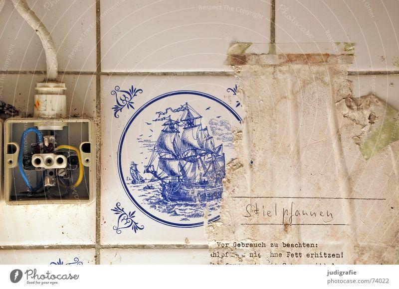 Nie ohne Fett erhitzen alt weiß blau gelb Wand Wasserfahrzeug dreckig Elektrizität Kochen & Garen & Backen gefährlich Küche Kabel kaputt bedrohlich Wandel & Veränderung Dekoration & Verzierung