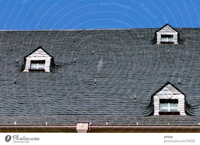 Fenster nach oben Himmel blau weiß schwarz 3 Dach Neigung Backstein horizontal Dachziegel Dachgaube Kirchenschiff
