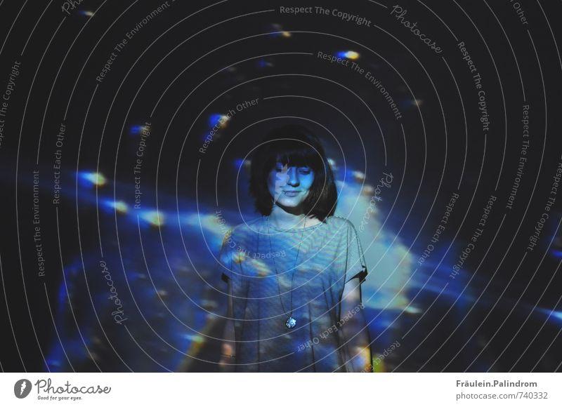 Im Mondlicht in der Dunkelheit. feminin Junge Frau Jugendliche 1 Mensch 18-30 Jahre Erwachsene Denken glänzend Lächeln träumen blau schwarz Einsamkeit Frieden