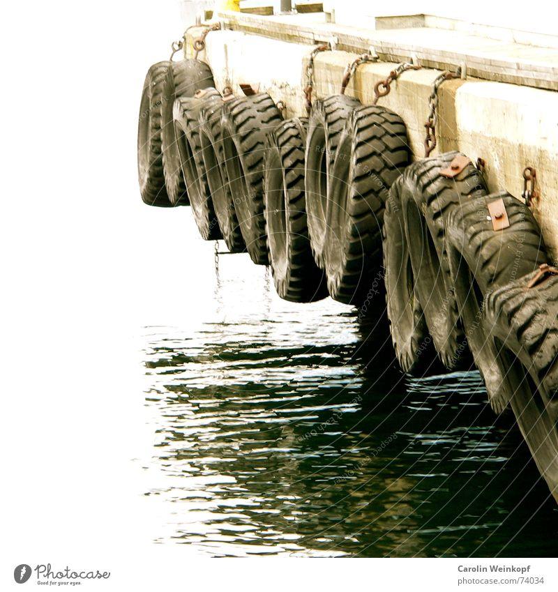 Stoßdämpfer. Meer Steg Holz Gummi September Herbst 2006 Oslo Norwegen Skandinavien Sehnsucht Fernweh Abschied Ankunft Reflexion & Spiegelung Licht Wellen rund