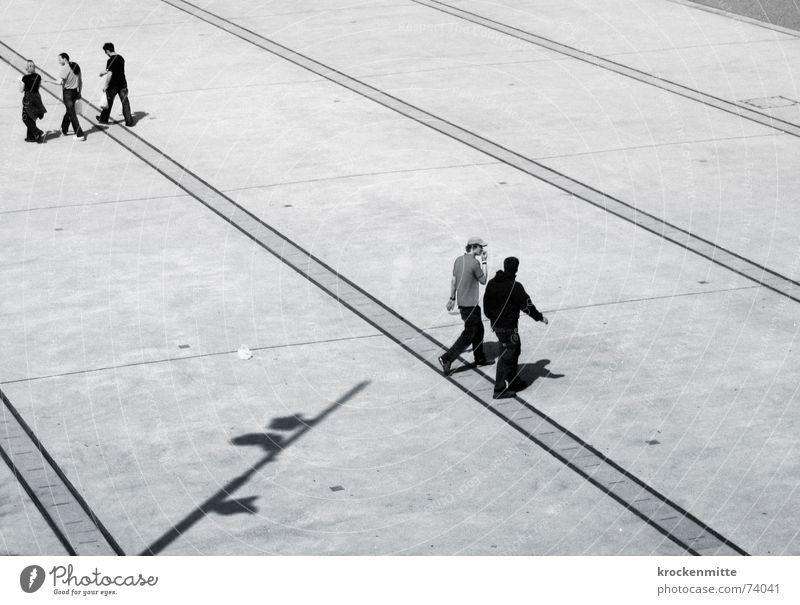 Trio/Duo Platz gehen Überqueren Vogelperspektive Richtung Mittagspause entgegengesetzt sprechen Freundschaft Paar Mensch mehrere Schatten Schwarzweißfoto Linie
