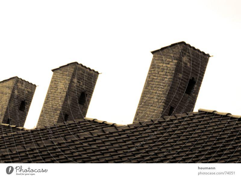 Smokey Dach Kamin Backstein braun Ocker Ecke Schatten roof tile Schornstein Ziegeldach Neigung parallel 3 Turm Menschenleer Außenaufnahme Farbfoto Altbau alt