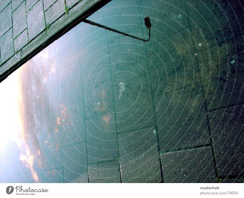 BUSINESS AS USUAL | pfütze spiegel laterne urban strasse lampe Wasser weiß blau Stadt Straße Herbst Stil Bewegung grau Stein Wege & Pfade Regen Wetter laufen nass Schilder & Markierungen