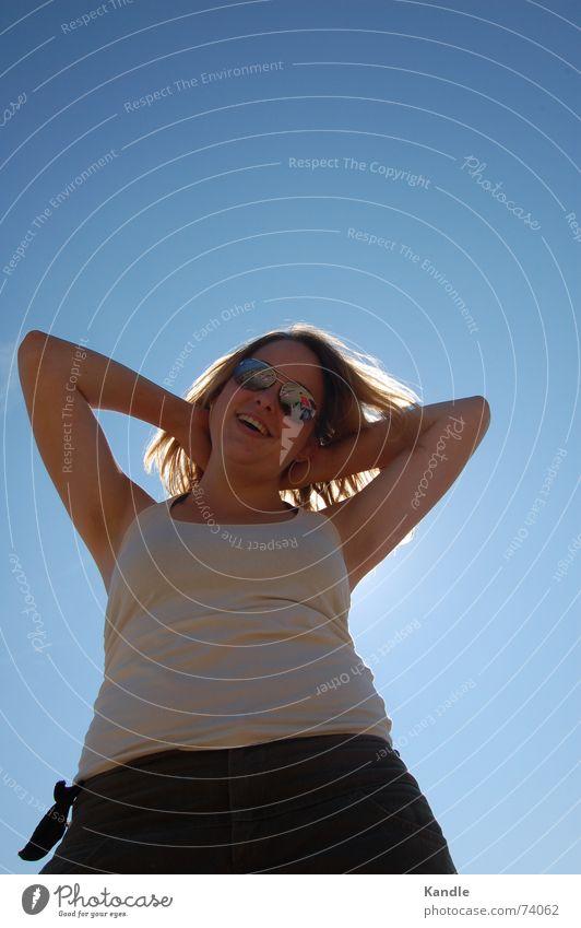 Sonne im Nacken Frau Himmel Sonne blau Ferien & Urlaub & Reisen Freiheit Glück lachen blond Arme Perspektive Sonnenbrille