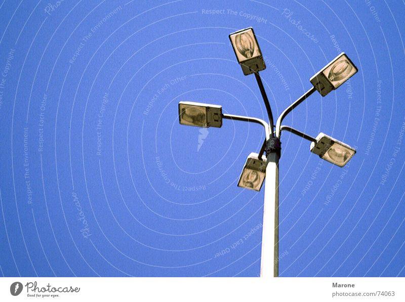 Straßenlaterne Berlin Himmel blau Lampe Technik & Technologie Klarheit Teile u. Stücke Laterne Schönes Wetter Straßenbeleuchtung Glühbirne graphisch