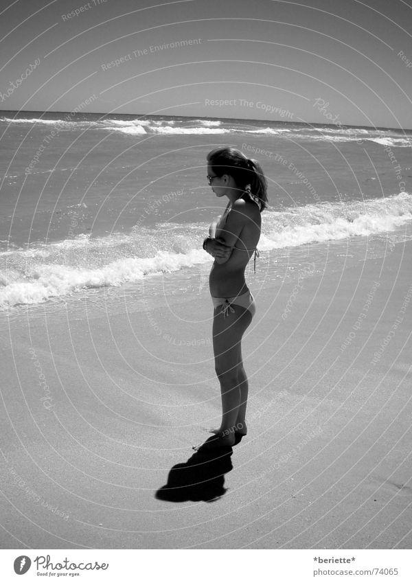 alone? Haare & Frisuren Sonnenbrille Bikini Strand Ferien & Urlaub & Reisen Meer nass kalt Wellen Sand Wasser Schatten Schwarzweißfoto