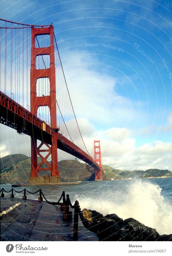 Golden Gate Meerstraße Golden Gate Bridge Wellen Sturm Brandung vertikal San Francisco Amerika USA Brücke Himmel blau Wasser Ferien & Urlaub & Reisen