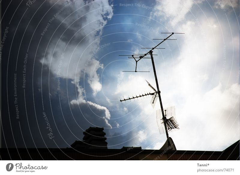 antenne Himmel blau Wolken Dach Pfeil Richtung Antenne Osten Signal Funktechnik