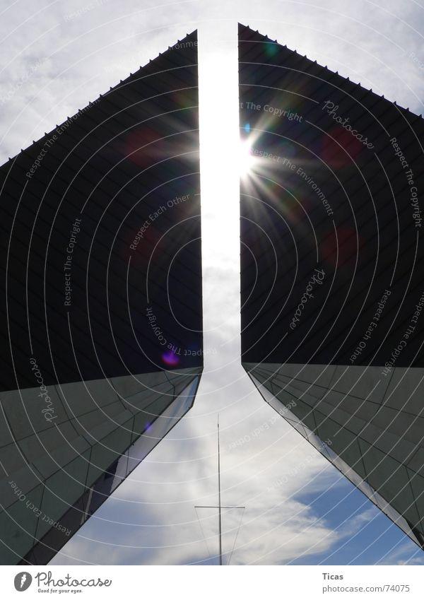 Sonne im Visier Licht Sonnenstrahlen Gebäude Denkmal Himmel Beton Wolken Gegenlicht Götter ruhig Friedhof Grab erinnern Erinnerung Religion & Glaube sun light