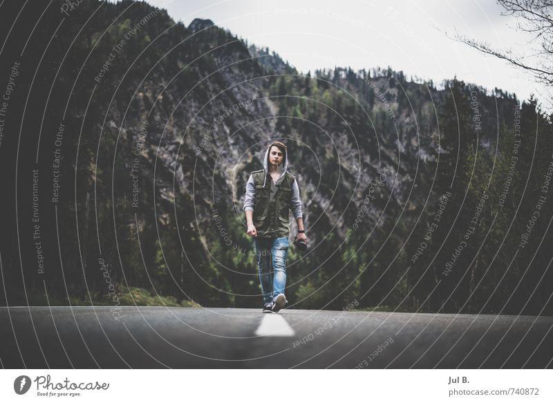 Streetline maskulin Junger Mann Jugendliche 1 Mensch Natur Landschaft Luft Felsen Alpen Berge u. Gebirge authentisch beweglich fleißig Farbfoto Tag