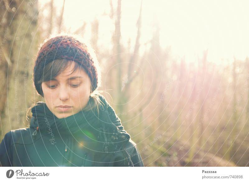 Es ist egal, aber Jugendliche schön Baum Erholung Junge Frau ruhig 18-30 Jahre kalt Wald Erwachsene Traurigkeit feminin Frühling Freiheit Denken braun