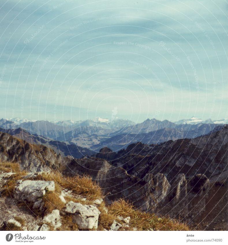 Alpentour Gras Am Rand wandern Schweiz Sommer ruhig Fußweg Freizeit & Hobby Verlauf Unendlichkeit Ferne Aussicht retten Felsen Himmel Niveau Klettern bergig