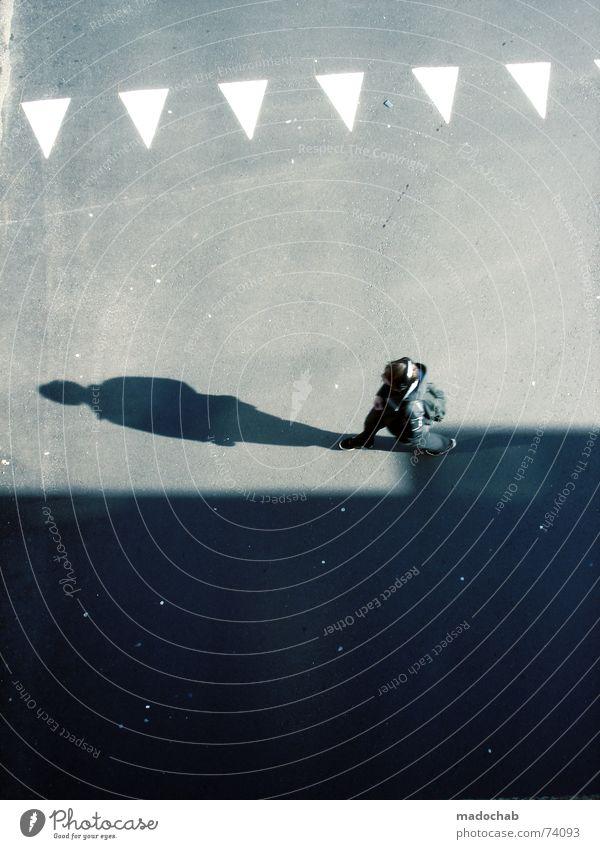 SCHATTENMORD | mensch people walking typ mann man boy Stadt Asphalt grau unten Fußgänger Verkehr trist Muster Hintergrundbild Strukturen & Formen Dreieck