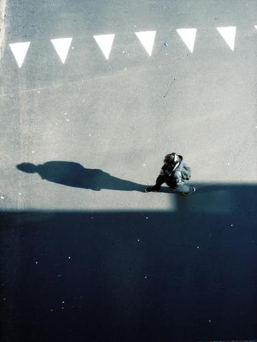 SCHATTENMORD   mensch people walking typ mann man boy Stadt Asphalt grau unten Fußgänger Verkehr trist Muster Hintergrundbild Strukturen & Formen Dreieck