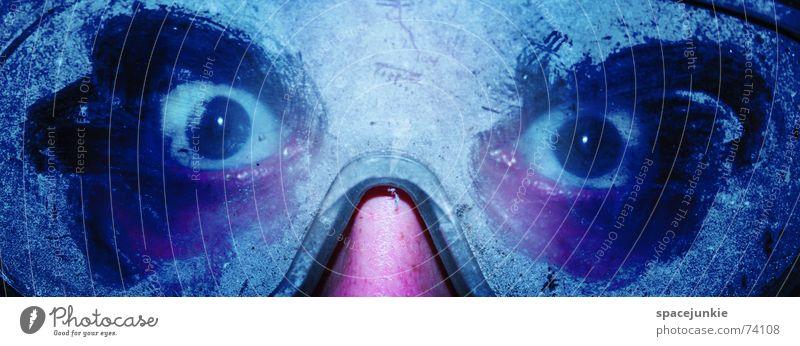 cold eyes Mann Schutzbrille Brille unheimlich verrückt gruselig Blick Entsetzen kalt gefroren Detailaufnahme Mensch Gesicht Auge Unschärfe