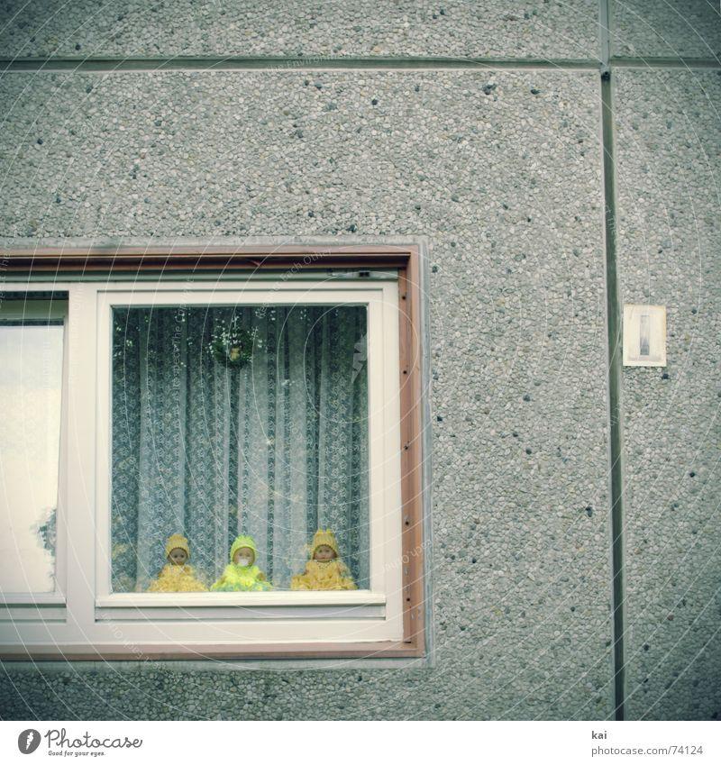 Plattenbau Fenster mit Dekopuppen Farbfoto Gedeckte Farben Außenaufnahme Menschenleer Textfreiraum oben Tag Zentralperspektive Häusliches Leben Wohnung Stadt