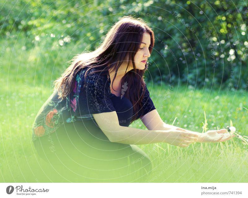 junge dunkelhaarige Frau in der Natur Mensch feminin Junge Frau Jugendliche Erwachsene 1 18-30 Jahre Umwelt Landschaft Pflanze Frühling Sommer Schönes Wetter
