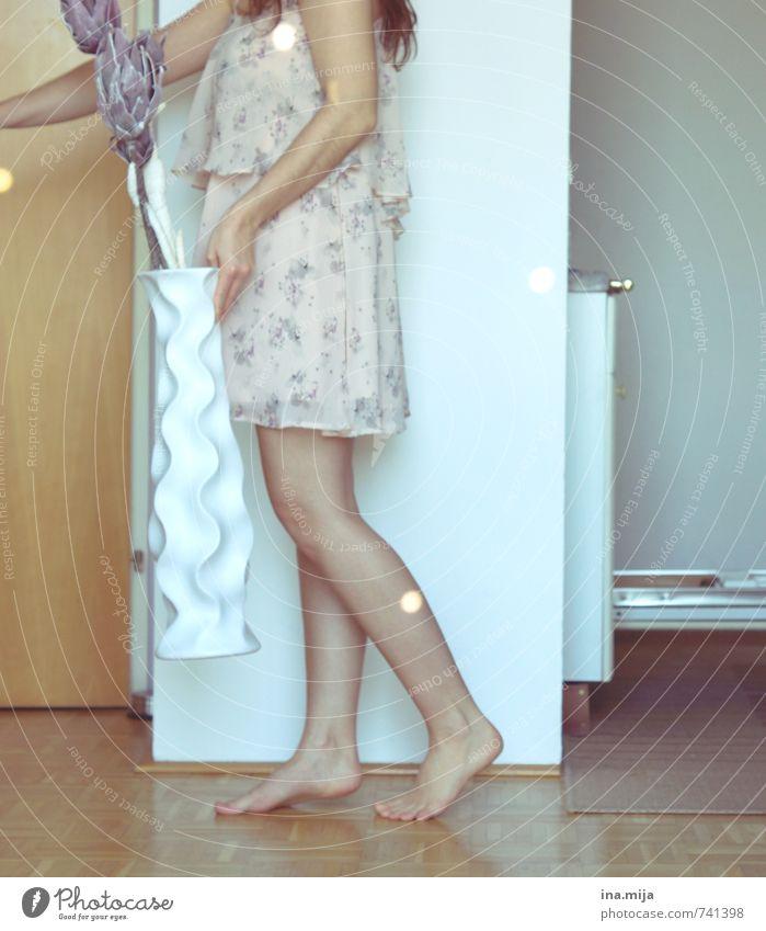 deko Mensch Frau Kind Jugendliche Junge Frau Blume 18-30 Jahre Erwachsene feminin Beine träumen Raum elegant Häusliches Leben Dekoration & Verzierung