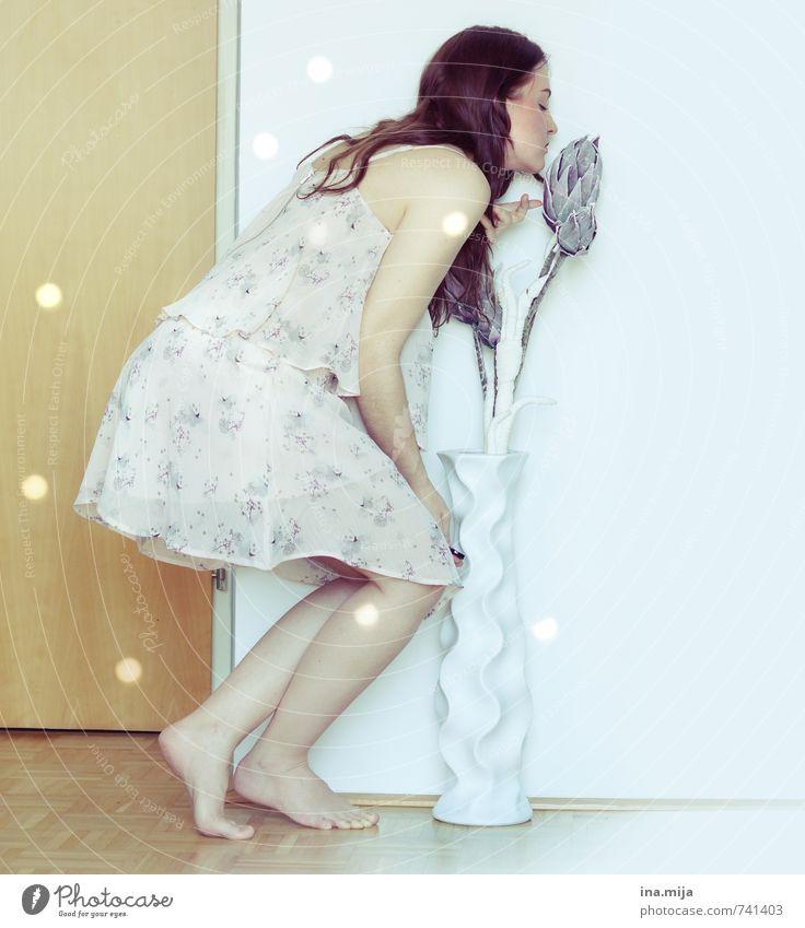 Geruchssinn Mensch Frau Kind Jugendliche schön Junge Frau Blume 18-30 Jahre Erwachsene Gefühle feminin träumen elegant Zufriedenheit Dekoration & Verzierung