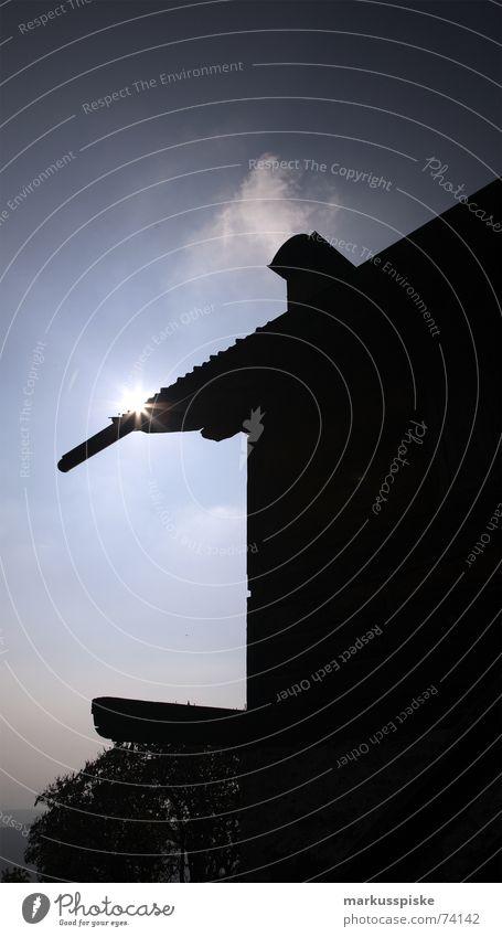 schein Licht Gegenlicht Haus Dach Dachgiebel Wolken Lichterscheinung Schatten Sonne Himmel Hütte Stern Schornstein Silhouette verdeckt Rauch Abgas