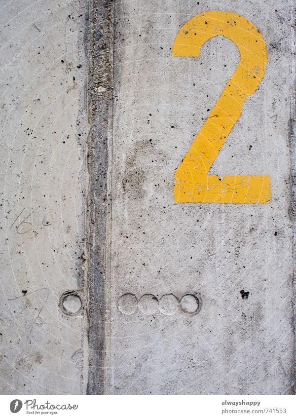 Sieger der Herzen Stil Design Mauer Wand Beton Ziffern & Zahlen authentisch kalt kaputt gelb grau 2 zwei stencil Farbfoto Außenaufnahme Textfreiraum links