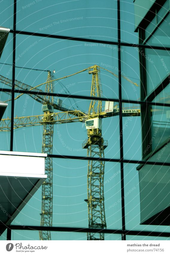 Spiegelnde Kräne Kran Reflexion & Spiegelung Fassade Baustelle Berlin-Mitte Alexanderplatz gelb Haus Gebäude Rechteck alex blau