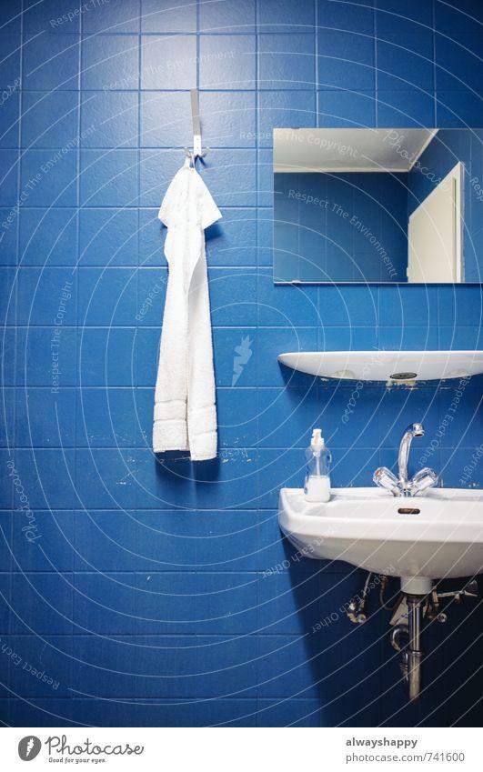 Stringenz & Hygiene Lifestyle Stil schön Körperpflege Gesundheitswesen Wellness Zufriedenheit Erholung Bad ästhetisch authentisch eckig gut maritim trist blau
