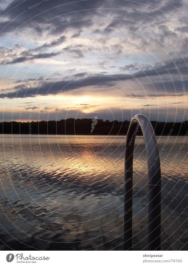 Sonne Plumst Ins Wasser Wasser Wolken Einsamkeit Wald Erholung kalt Metall Mitte Stahl Steg Mai Mecklenburg-Vorpommern Einstieg (Leiter ins Wasser)