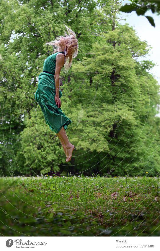 in der Luft Mensch feminin Junge Frau Jugendliche 1 18-30 Jahre Erwachsene Baum Wiese Mode Kleid blond langhaarig fallen fliegen außergewöhnlich hoch grün