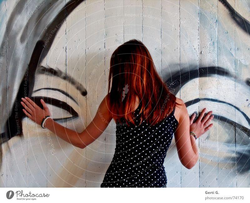 Augen zu und durch Frau Junge Frau anlehnen festhalten Oberkörper Hand Armband langhaarig rothaarig drehen gepunktet Wand Mauer Gemälde Wandmalereien Graffiti