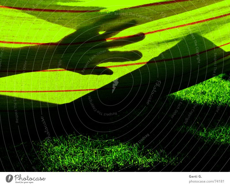 früher oder später kriegen sie dich Hand Erholung dunkel Wiese Garten Angst Arme Beleuchtung liegen Geister u. Gespenster unheimlich Hände schütteln unruhig
