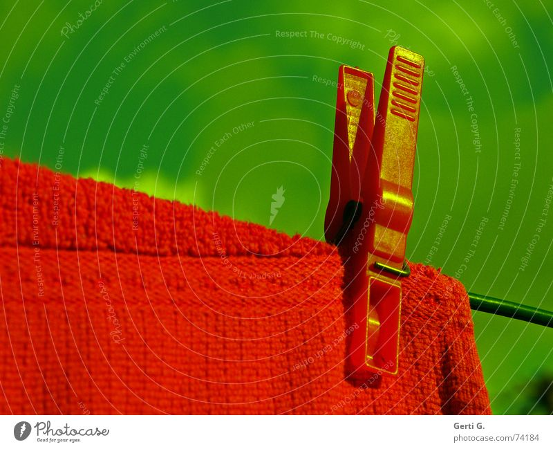 zieh Leine Querformat Wäscheklammern aufhängen Handtuch Spitze Wäscheleine rot himmelblau grün Waschtag knallig Klammer Protokoll ansammeln Zettel Denkzettel