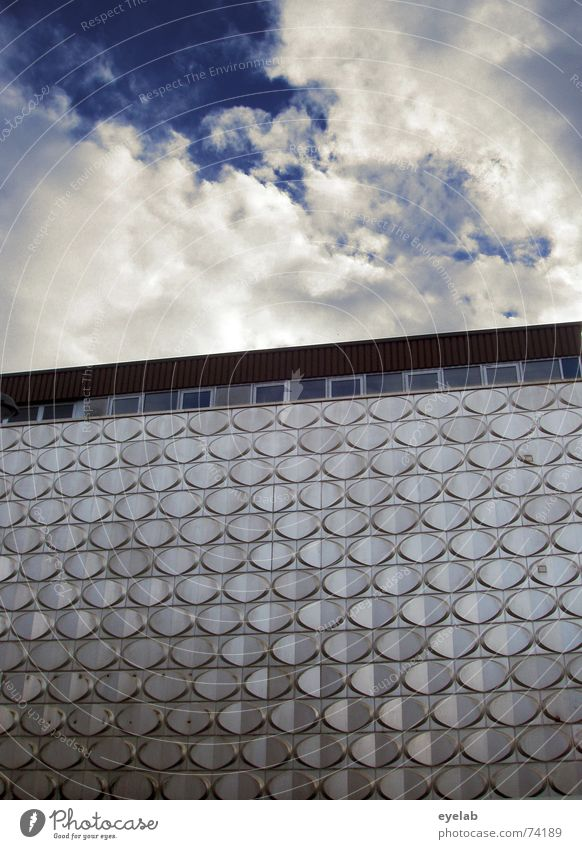 City Reptil Blech Stahl Fenster Himmel Wand Gebäude Chrom glänzend Hochhaus grau Wolken weiß Sehnsucht Wahrheit Hoffnung Dach Muster Sommer steel window sky