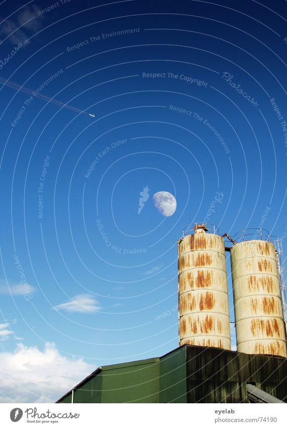 Pärchen im Mondschein Vol.3 Industriefotografie Himmel Silo Wolken grün Rust Grunge rund Gebäude Landwirtschaft weiß Sommer sky blau blue moon Düsenflugzeug