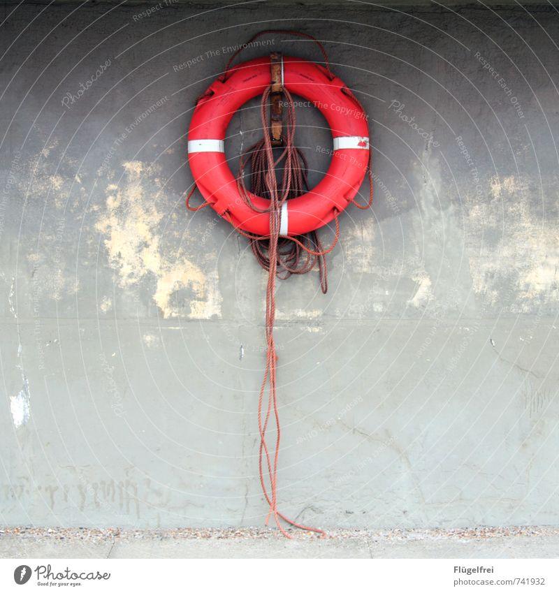 Rettungsring rot Wand Seil Schifffahrt hängen Symmetrie Knoten Schwimmhilfe maritim Notfall