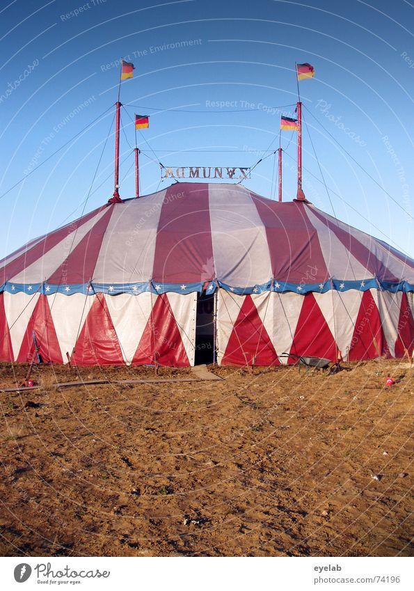 Upperclass Camping Zelt rot weiß Fahne Zirkus Himmel Dach Show Manege Sommer braun Deutschland Tier Eingang Streifen tent red white flaggs Stern (Symbol) blau